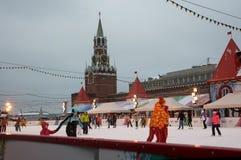 Eislaufen-Eisbahn auf rotem Quadrat mit dem der Kreml-Turm am Hintergrund Stockfotografie
