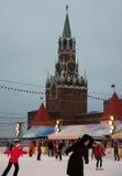 Eislaufen-Eisbahn auf rotem Quadrat mit dem der Kreml-Turm am Hintergrund Stockbilder