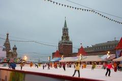 Eislaufen-Eisbahn auf rotem Quadrat mit dem der Kreml-Turm am Hintergrund Stockfotos