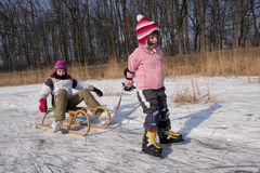 Eislaufenkindspaß auf Schnee Stockbilder