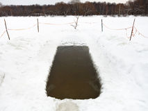 Eislichtung mit gefrorenem Wasser im Fluss Stockbilder