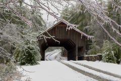Eisregen an einer überdachten Brücke Stockfoto