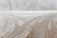 Eisregen oder eisiger Regen bedeckten die Straße Lizenzfreie Stockfotos