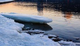 Eisschmelze auf der Küste Stockfotos