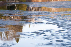 Eisschmelze und Reflexionen über einem See Stockfotografie