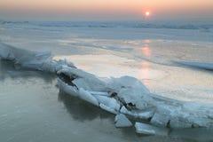 Eisschollen auf dem gefrorenen See Stockfotos