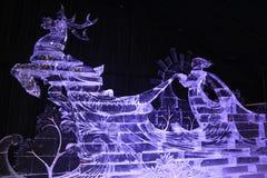 Eisskulptur eines Renwagens mit einem Fahrer stockfotos