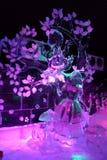 Eisskulptur von Disney& x27; s Alice in der Märchenlandkarikatur lizenzfreie stockbilder