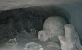 Eisskulpturen in einer Schneehöhle Stockfotos