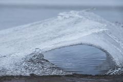 Eissprünge und Schmelzen auf gefrorenem See stockfotos