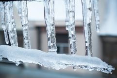 Eisstalaktiten auf Fenster des Hauses Lizenzfreies Stockfoto