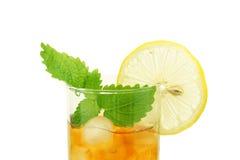 Eistee mit Zitronescheibe und -melisse Lizenzfreie Stockfotos