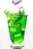 Eistropfen zum Glas grünem Wasser Stockfoto