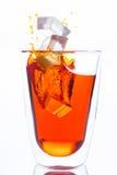 Eistropfen zum Glas orange Wasser Lizenzfreie Stockfotografie