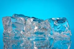 Eiswürfel auf einem blauen Hintergrund Lizenzfreie Stockfotos