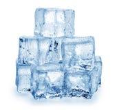 Eiswürfel auf einem weißen Hintergrund lizenzfreie stockfotografie