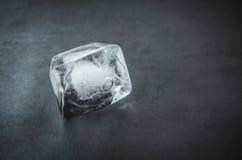 Eiswürfel auf einem weißen Hintergrund Lizenzfreies Stockfoto