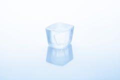 Eiswürfel auf einem weißen Hintergrund Stockbild