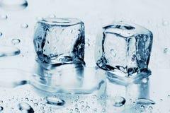 Eiswürfel auf Wasser stockfotos