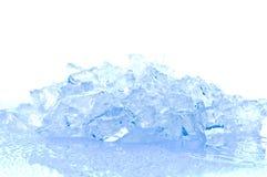 Eiswürfel in der blauen Leuchte Stockfotografie