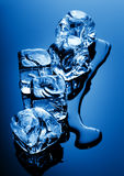 Eiswürfel in der blauen Leuchte Stockbilder