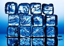 Eiswürfel in der blauen Leuchte Lizenzfreie Stockfotografie