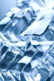 Eiswürfel in der blauen umgebenden Leuchte Stockbild
