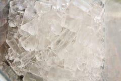Eiswürfel in der Mischmaschinenmaschine stockfotos