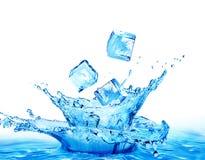 Eiswürfel, die in das Wasser lokalisiert auf einem weißen Hintergrund fallen Lizenzfreies Stockbild