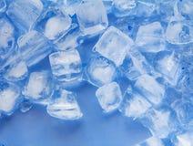 Eiswürfel, kalte blaue Tönungsfarbe lizenzfreies stockbild