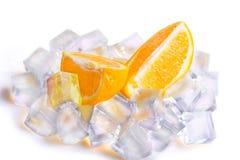 Eiswürfel und orange Scheiben stockbild