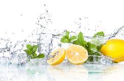 Eiswürfel und -Spritzwasser stockbilder
