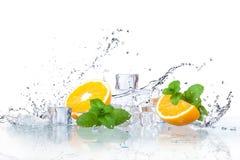 Eiswürfel und -Spritzwasser lizenzfreies stockfoto