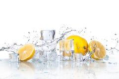 Eiswürfel und -Spritzwasser lizenzfreie stockbilder