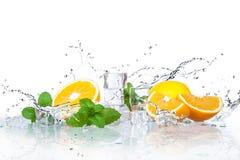 Eiswürfel und -Spritzwasser stockfotos