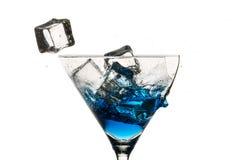 Eiswürfel und unterbrochenes Martini-Glas Stockbild