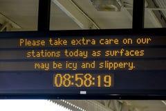 Eiswarnungsanzeige am Bahnhof im März Stockfotografie