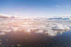 Eiswintersaisonlagune mit Hintergrund des blauen Himmels Stockbild