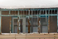 Eiszapfen über dem Fenster Stockbild