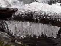 Eiszapfen über einem Strom Stockfotografie
