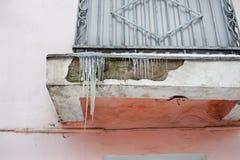 Eiszapfen auf Balkon Stockbild