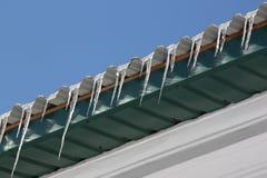 Eiszapfen auf Dach Lizenzfreie Stockfotos