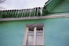 Eiszapfen auf Dach Stockbilder