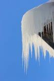 Eiszapfen auf dem Dach Lizenzfreies Stockbild