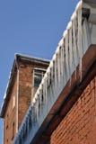 Eiszapfen auf dem Dach Lizenzfreie Stockbilder