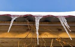 Eiszapfen auf dem Dach Stockfoto