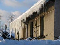 Eiszapfen auf dem Dach lizenzfreie stockfotos
