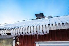 Eiszapfen auf dem Dach des Hauses Lizenzfreies Stockbild