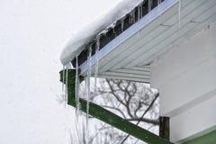 Eiszapfen auf dem Dach des Rohres stockfotos