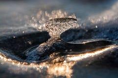 Eiszapfen auf dem Eis bei Sonnenuntergang Stockfoto
